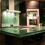 Стеклянные фартуки и столешницы в интерьере кухни